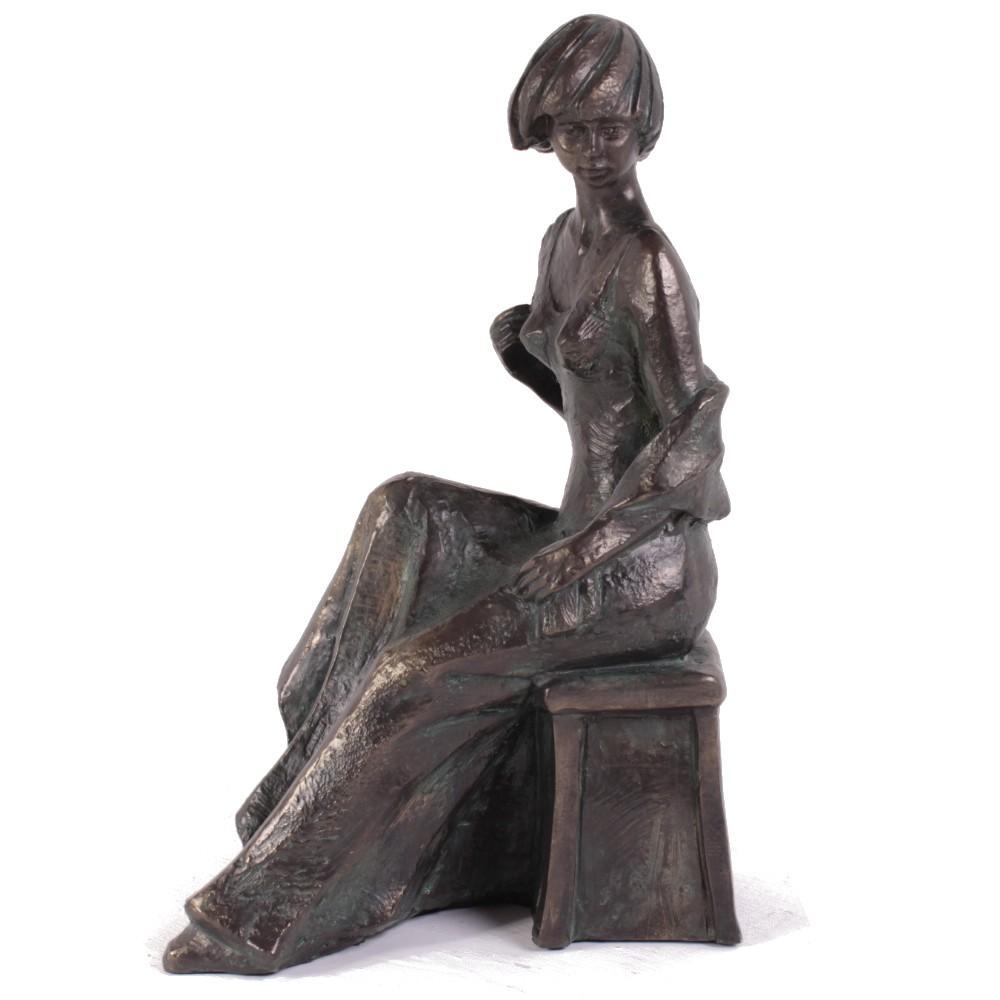 brons beeld zittende vrouw