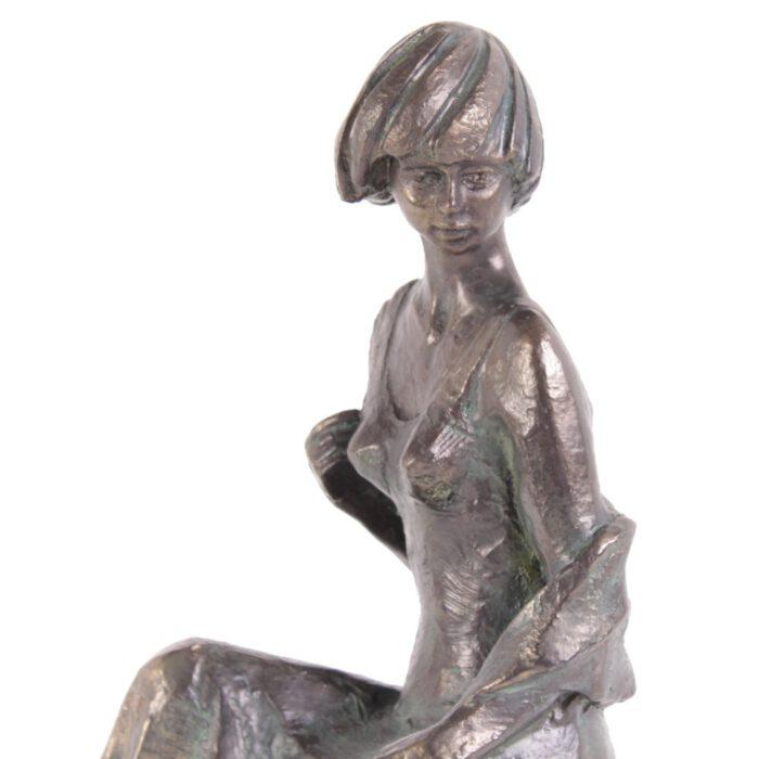 Dit standbeeld heeft een een exclusief en kostbaar uitstraling waarbij de schoonheid van de vrouw goed tot uitdrukking komt.